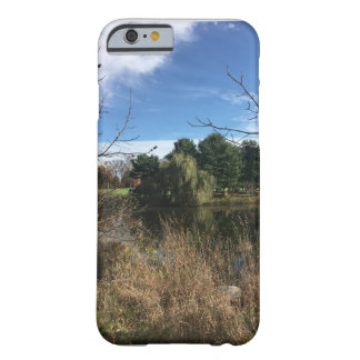 Funda Barely There iPhone 6 Árboles de pino de charca del otoño