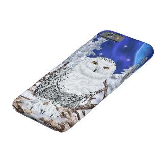 Funda Barely There iPhone 6 Búho Nevado en cielo azul marino de la nieve
