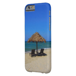 Funda Barely There iPhone 6 Choza tropical de relajación del parasol de playa