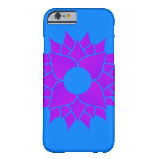 Funda Barely There iPhone 6 Lotus púrpura en el azul centrado