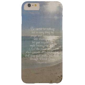 Funda Barely There iPhone 6 Plus Cristiano de la playa del verso de la biblia de la