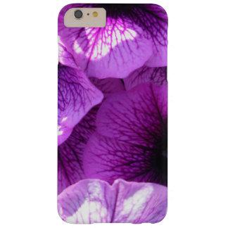 Funda Barely There iPhone 6 Plus Fila de las petunias púrpuras de la onda