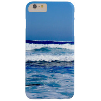 Funda Barely There iPhone 6 Plus Océano Atlántico azul profundo agita en la playa