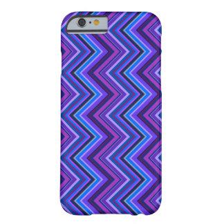Funda Barely There iPhone 6 Rayas azules y púrpuras del zigzag