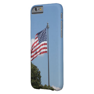 Funda Barely There iPhone 6 U.S. Bandera que agita en el viento