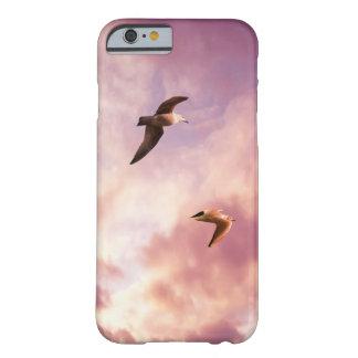 Funda Barely There Para iPhone 6 Gaviotas que vuelan en un cielo de la puesta del