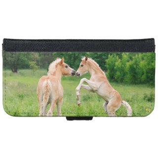 Funda Cartera Para iPhone 6/6s Potros de los caballos de Haflinger que alzan la