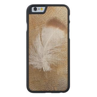 Funda De Arce Para iPhone 6 De Carved Plumas delicadas del ganso