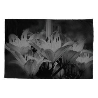 Funda De Cojín Flores del lirio en blanco y negro