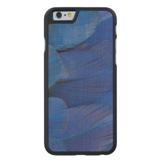 Funda Fina De Arce Para iPhone 6 De Carved Diseño azul de la pluma del Macaw del jacinto