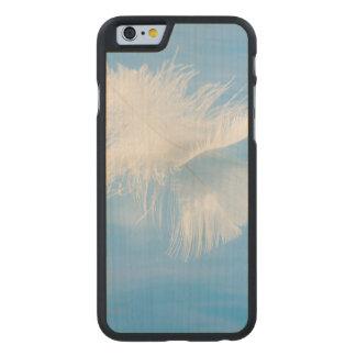 Funda Fina De Arce Para iPhone 6 De Carved La pluma blanca refleja en el agua el | Seabeck,