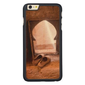 Funda Fina De Arce Para iPhone 6 Plus De Carved Zapatos marroquíes en la ventana