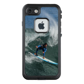 Funda FRÄ' De LifeProof Para iPhone 7 Persona que practica surf en la tabla hawaiana