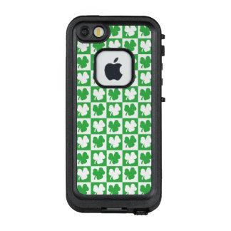 Funda FRÄ' De LifeProof Para iPhone SE/5/5s Tablero de damas del trébol del día de St Patrick