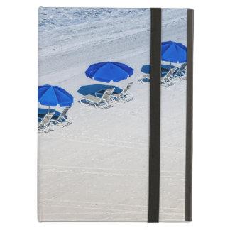 Funda Para iPad Air Sillas de playa con el paraguas azul en la playa