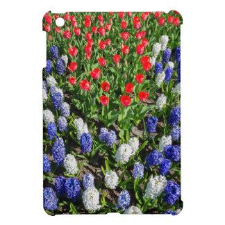 Funda Para iPad Mini Campo de flores con los tulipanes azules y los
