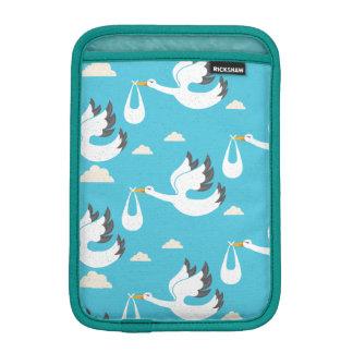Funda Para iPad Mini Cigüeñas lindas que llevan el modelo de los bebés
