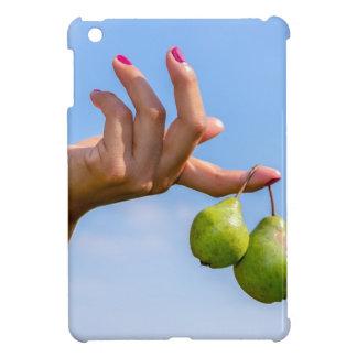 Funda Para iPad Mini Dé sostener dos peras verdes colgantes en cielo