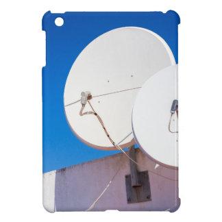 Funda Para iPad Mini Dos antenas parabólicas blancas en la pared de la
