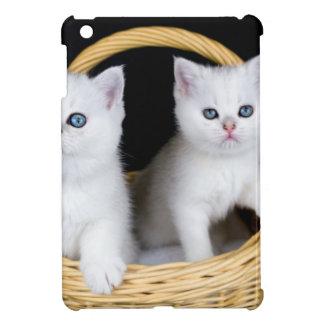 Funda Para iPad Mini Dos gatitos blancos en cesta en background.JP