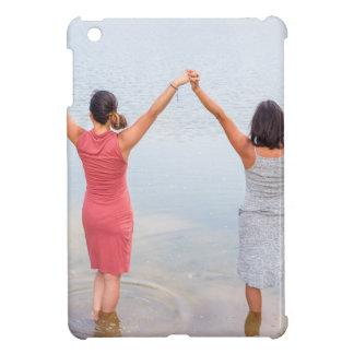 Funda Para iPad Mini Dos mujeres felices que se colocan en water.JPG