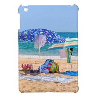 Funda Para iPad Mini Dos sombrillas y fuentes de la playa en sea.JPG