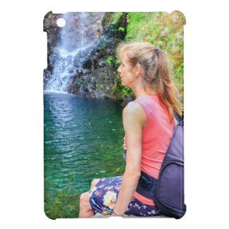 Funda Para iPad Mini Mujer holandesa que se sienta en roca cerca de la