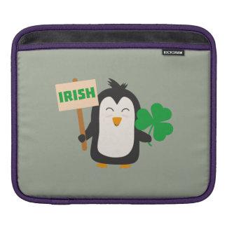 Funda Para iPad Pingüino irlandés con el trébol Zjib4