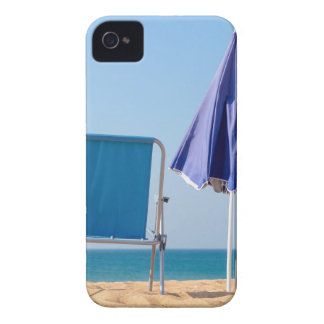 Funda Para iPhone 4 De Case-Mate Dos sillas y parasoles azules de playa en sea.JPG
