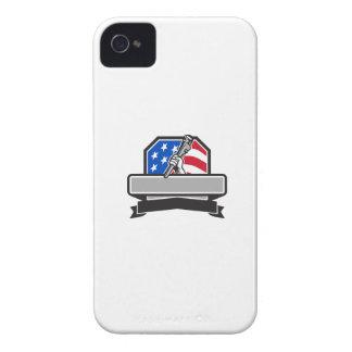 Funda Para iPhone 4 Mano del fontanero que lleva a cabo el escudo de
