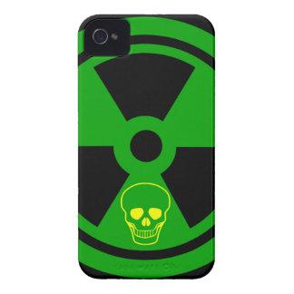 Funda Para iPhone 4 Muestra radiactiva de la precaución con el cráneo