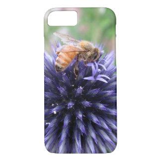 Funda Para iPhone 8/7 Abeja de la miel en la flor púrpura del cardo de