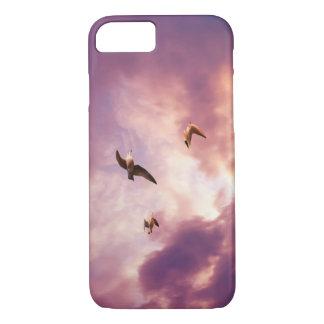 Funda Para iPhone 8/7 Gaviotas que vuelan en un cielo de la puesta del
