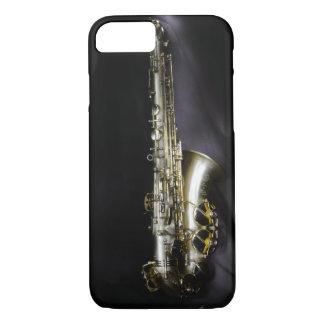 Funda Para iPhone 8/7 Saxofón de cobre amarillo magnífico en fondo negro