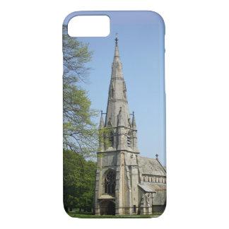Funda Para iPhone 8/7 Una iglesia imponente con el chapitel en un día de