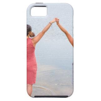 Funda Para iPhone SE/5/5s Dos mujeres felices que se colocan en water.JPG