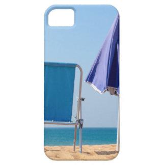 Funda Para iPhone SE/5/5s Dos sillas y parasoles azules de playa en sea.JPG