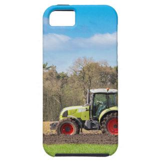 Funda Para iPhone SE/5/5s Granjero en el tractor que ara el suelo arenoso en