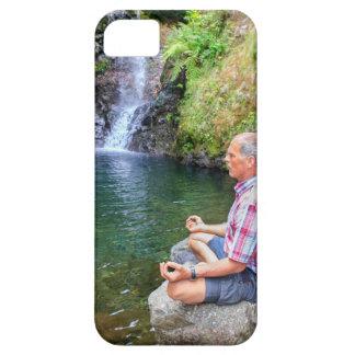 Funda Para iPhone SE/5/5s Hombre que se sienta en la roca meditating cerca