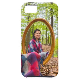 Funda Para iPhone SE/5/5s La mujer se sienta con el espejo en bosque durante