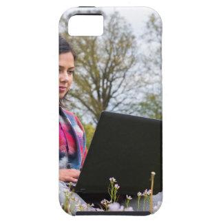 Funda Para iPhone SE/5/5s La mujer se sienta con el ordenador portátil en
