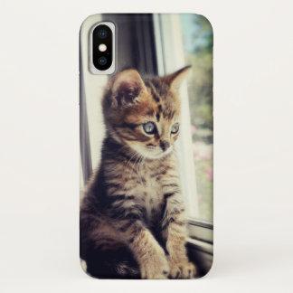 Funda Para iPhone X Gatito del Tabby que tiene cuidado la ventana
