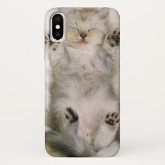 Funda Para iPhone X Gatito que duerme en una alfombra mullida blanca,