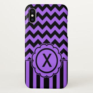 Funda Para iPhone X Monograma negro y púrpura de Chevron