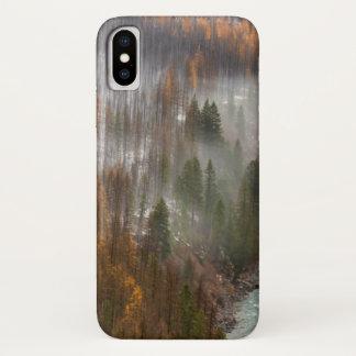 Funda Para iPhone X Niebla Rolls adentro en árboles de alerce del