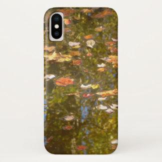 Funda Para iPhone X Reflexión de las hojas y de la corriente de otoño