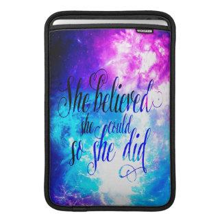 Funda Para MacBook Air Ella creyó en el cielo de la creación