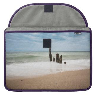 Funda Para MacBook Groynes en la orilla del mar Báltico