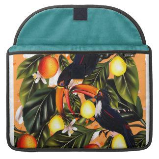 Funda Para MacBook Paraíso tropical. Toucans y fruta cítrica