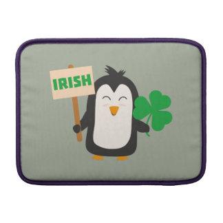 Funda Para MacBook Pingüino irlandés con el trébol Zjib4